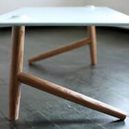 Stół z powyłamywanymi nogami