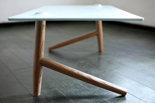 stol z dwiema nogami