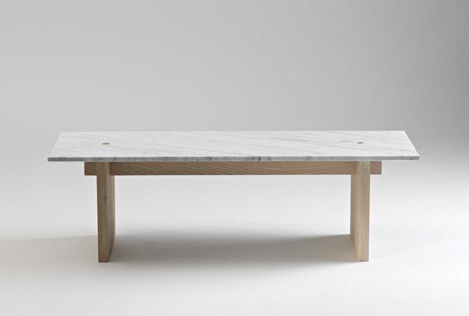 Stolik jest przepięknie minimalistyczny