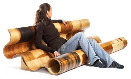 ławka do parku z osobą siedzącą